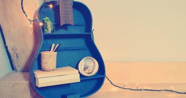 comment accrocher une guitare au mur bois